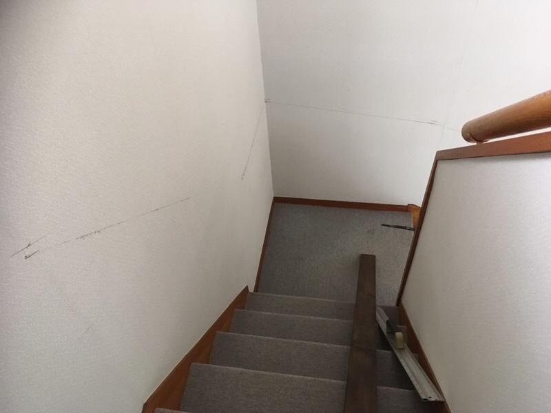 曲がり階段に手摺りを取り付ける